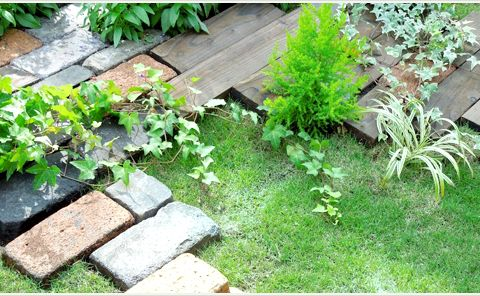 レンガ舗装と芝生の植え込み